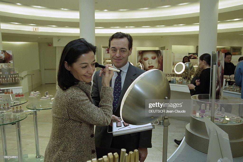 Close-up Of Lindsay Owen-jones. Aux Etats-Unis, à New York,en mars 2000. Le patron du groupe français l'Oréal, Lindsay OWEN-JONES en famille et au travail dans les bureaux de l'Oréal U.s.a. Dans une boutique Helena Rubinstein, Cristina un pinceau à la main en train de se maquiller la joue face à un miroir sous le regard attendri de son époux Lindsay OWEN