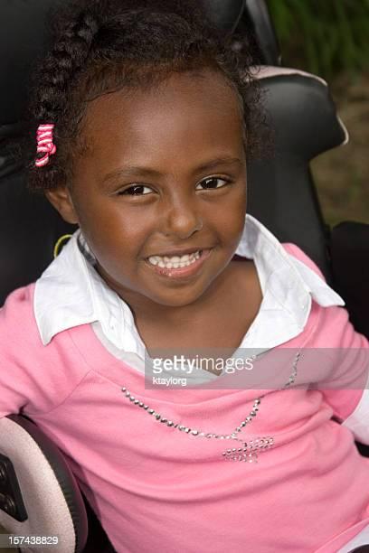 Nahaufnahme von kleinen Mädchen im Rollstuhl