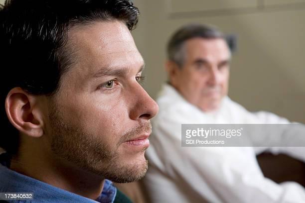 Gros plan d'un homme avec père regarder sur