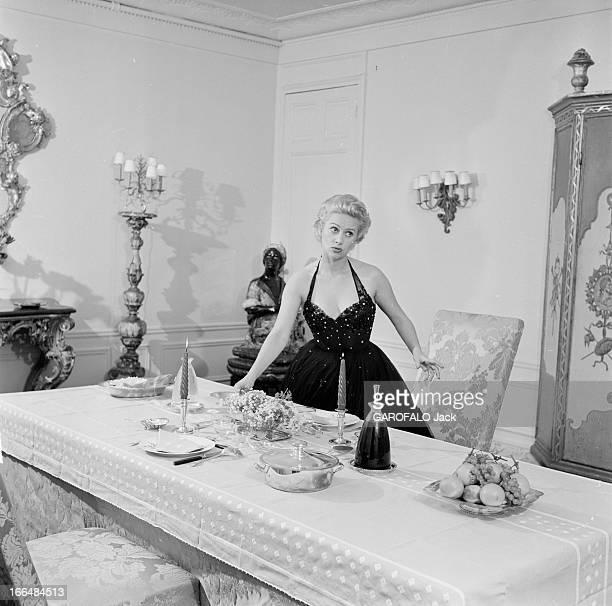 CloseUp Of Martine Carol France mars 1954 l'actrice française Martine CAROL tourne cette annéelà dans le film 'Madame du Barry' du réalisateur et...