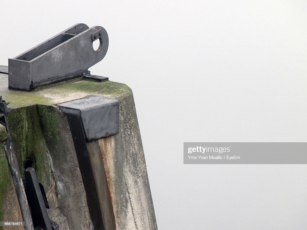 Close-Up Of Metal Attached To Wooden Post Against White Background : Stock-Foto