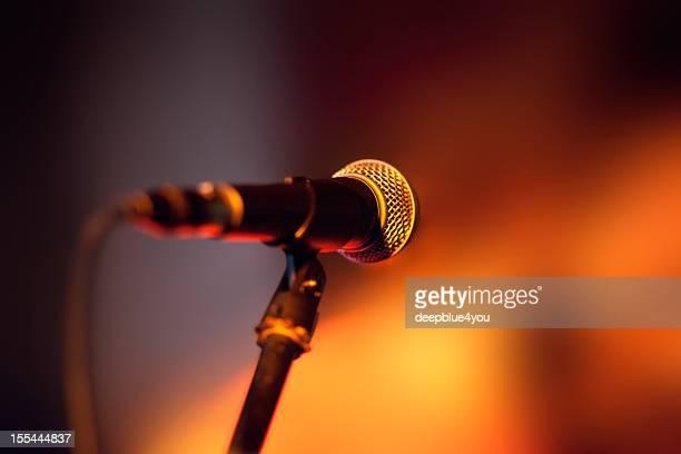 Nahaufnahme von Mikrofon auf der Bühne