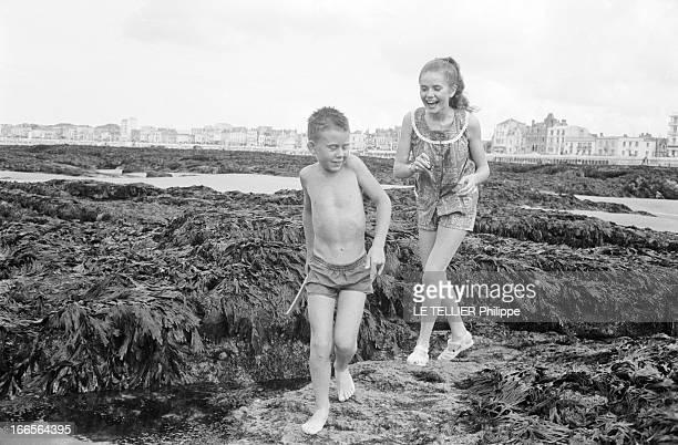 CloseUp Of Minou Drouet Aux Sables d'Olonne sur la plage l'enfant prodige Minou DROUET aujourd'hui âgée de quinze ans avec un ensemble short et...