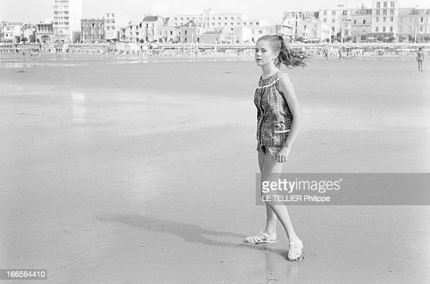 CloseUp Of Minou Drouet Aux Sables d'Olonne sur la plage portrait de l'enfant prodige Minou DROUET aujourd'hui âgée de quinze ans vêtue d'un ensemble...
