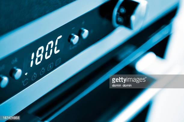 Close-up della moderna forno, Dolci al forno temperatura, cucina interni tonalità blu