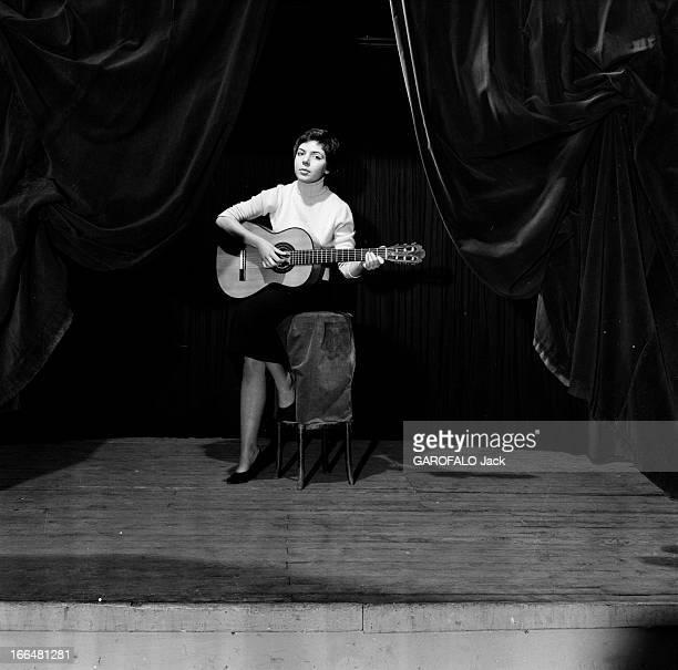 CloseUp Of Nicole Louvier 1954 la jeune Nicole LOUVIER chanteuse écrivain journaliste a obtenu l'année dernière le grand prix de la chanson à...