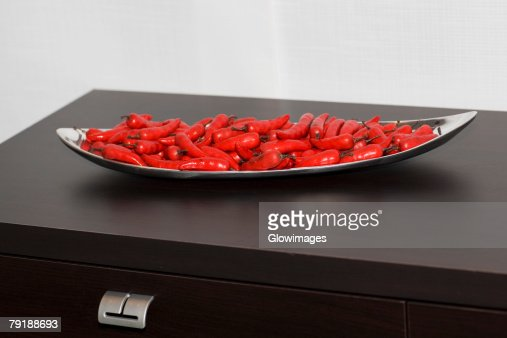 Close-up of red chili peppers in a tray : Foto de stock