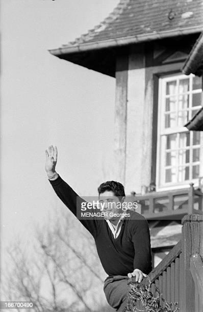 CloseUp Of Sacha Distel 4 mai 1959 le chanteur Sacha DISTEL est devenu l'idole des jeunes En Normandie dans une maison il pose assis sur la rambarde...