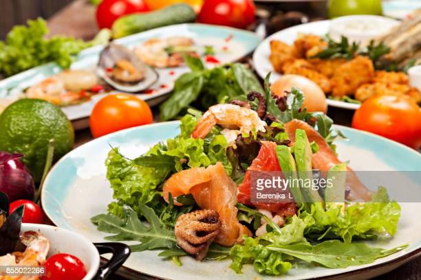 Gros plan de salade de fruits de mer.