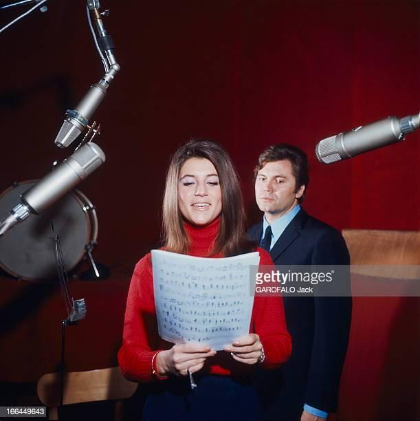 CloseUp Of Sheila SHEILA chantant une partition à la main Claude CARRERE derrière elle lors d'une séance en studio d'enregistrement au studio DMS à...