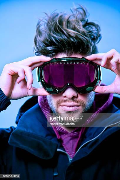 Primer plano de esquiador con gafas