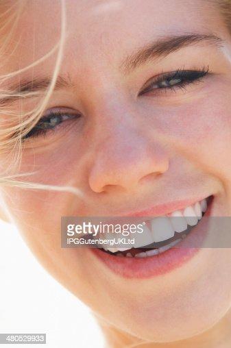 Nahaufnahme der lächelnden jungen Frau : Stock-Foto