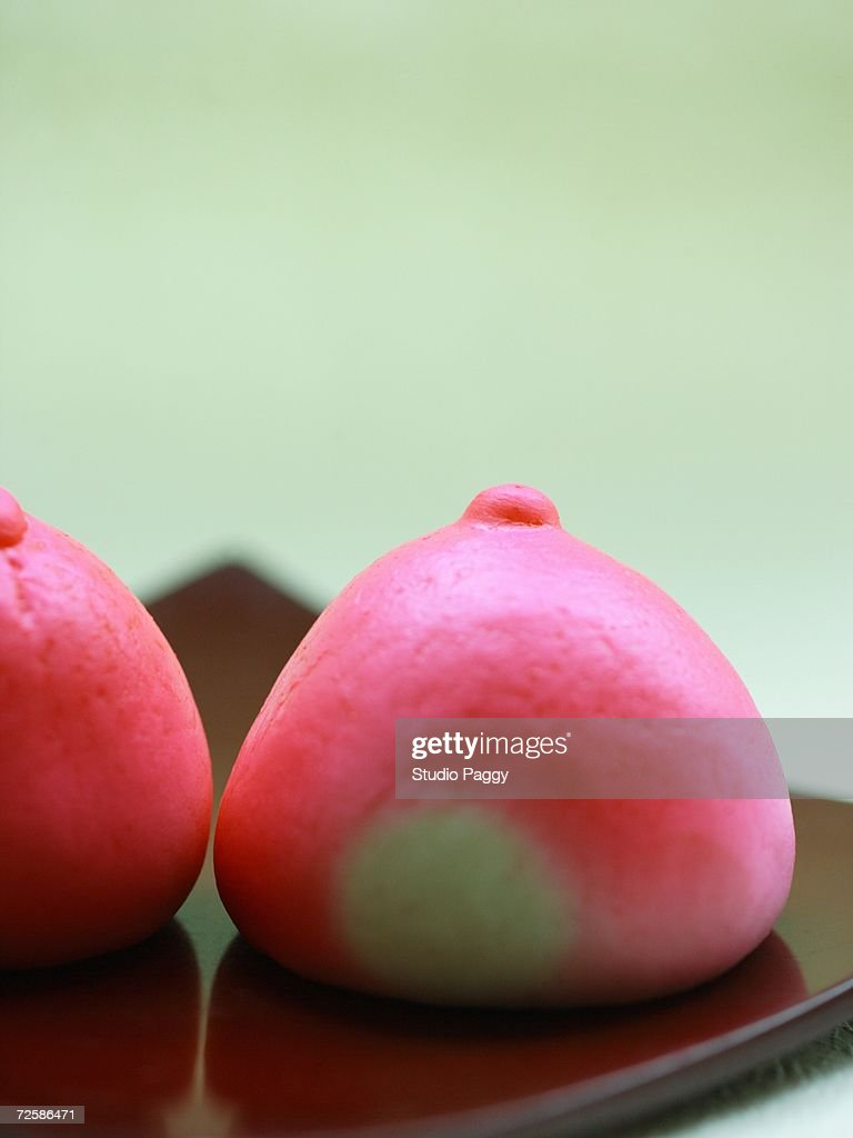 Close-up of steamed buns on a tray : Stock Photo