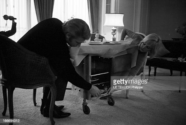 CloseUp Of Sylvie Vartan And Johnny Hallyday In London For The Royal Variety Performance Angleterre Londres 11 novembre 1965 les chanteurs Sylvie...