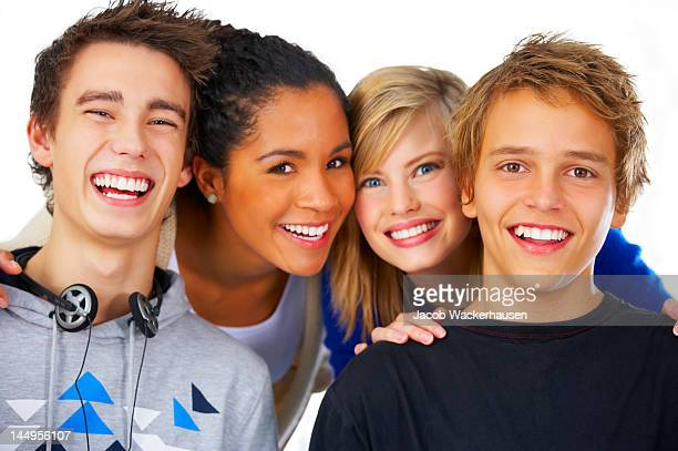 Close-up of teenage boys y chicas Riendo