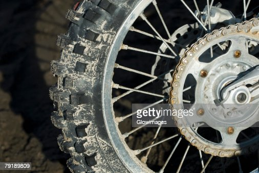 Close-up of the rear tire and the chain of a stunt bike : Foto de stock