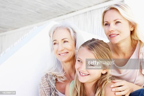 Gros plan de trois générations famille souriant