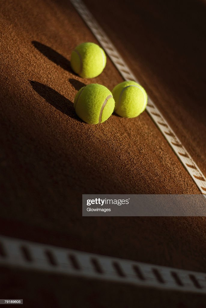 Close-up of three tennis balls in a court : Foto de stock