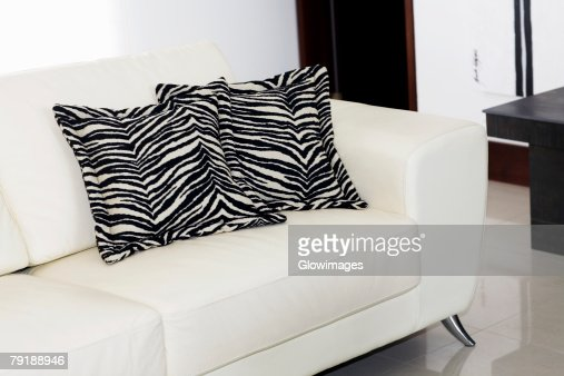 Close-up of two cushions on a couch : Foto de stock