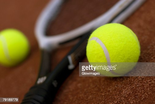 Close-up of two tennis balls and a tennis racket : Foto de stock