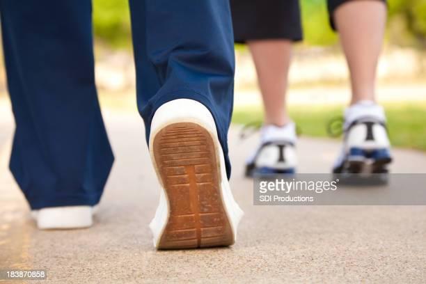 Nahaufnahme von Walker's Schuhe auf einem Pfad