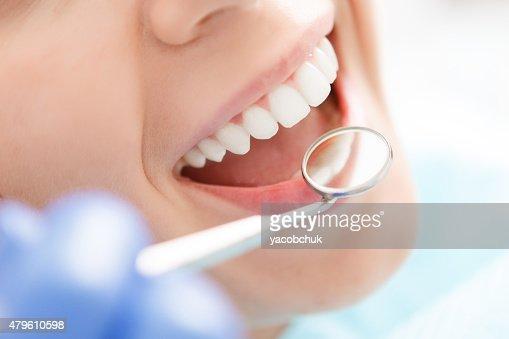 Nahaufnahme einer Frau, die Ihre Zähne geprüft : Stock-Foto