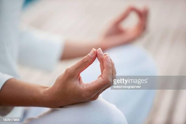 Primer plano de mujer de yoga postura