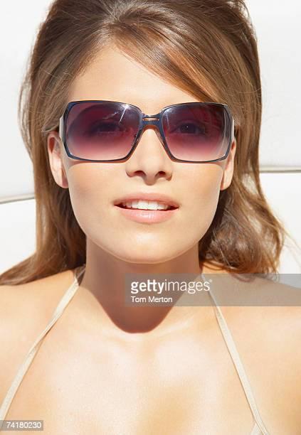 Close-up di donna con occhiali da sole, prendere il sole