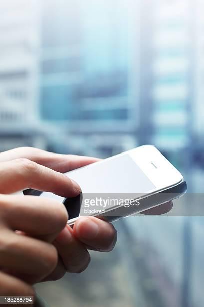 Nahaufnahme der Frau die Hände mit einem smartphone