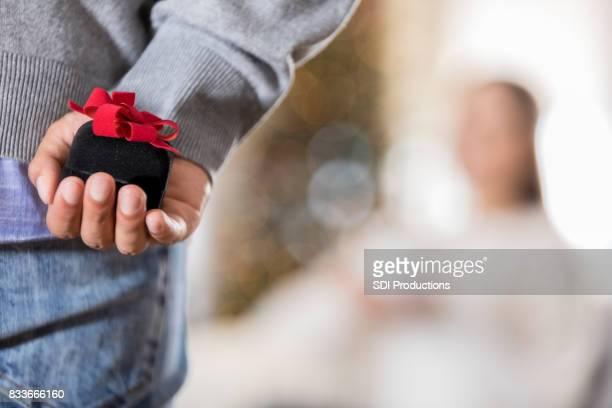 Gros plan de jeune homme sur le point de proposer