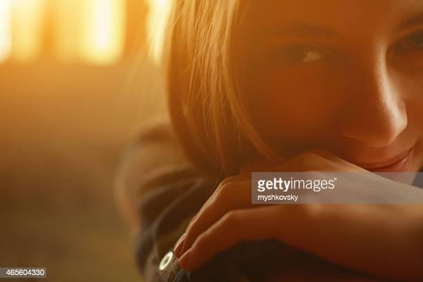 Gros plan de visage de jeune femme à la maison