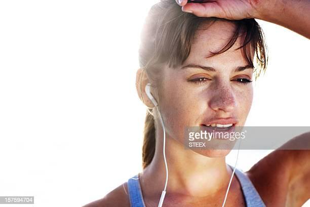 Nahaufnahme der jungen Frau hören Musik nach einem Lauf