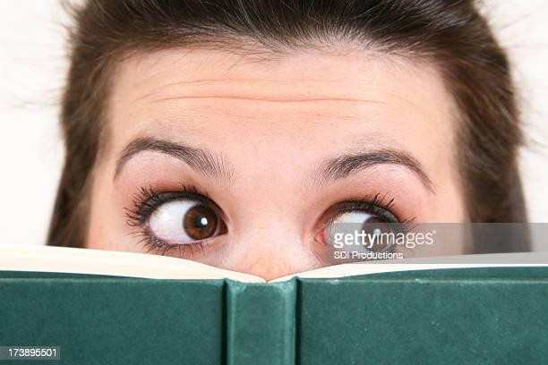 Gros plan de jeune femme avec un livre à la recherche de son côté gauche