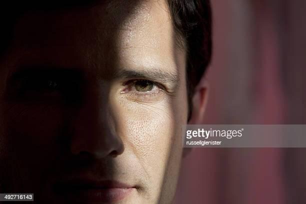 Gros plan d'un homme visage dans l'obscurité