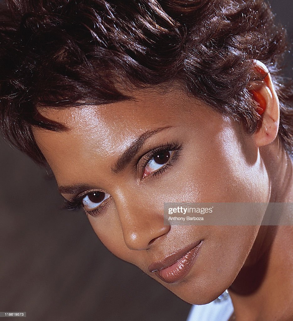 Close-up portrait of African American actress <a gi-track='captionPersonalityLinkClicked' href=/galleries/search?phrase=Halle+Berry&family=editorial&specificpeople=201726 ng-click='$event.stopPropagation()'>Halle Berry</a>, New York, 2001.