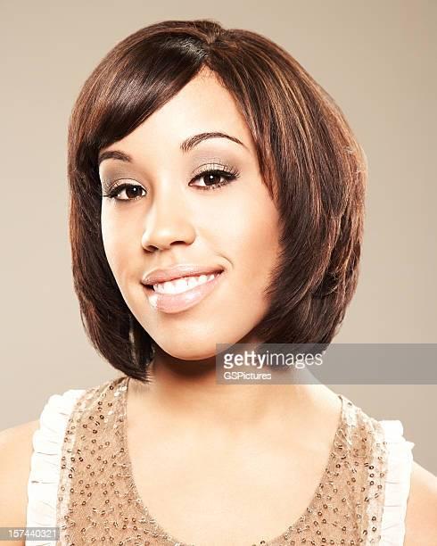 Close-up portrait d'une belle femme avec des cheveux courts souriant