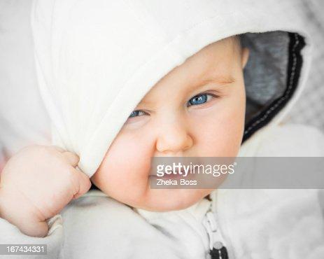 Retrato de primer plano de una hermosa bebé : Foto de stock