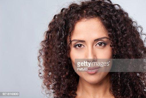 Closeup portrait de femme frisée : Photo