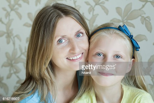Close-up portrait of mother and her teenage daughter : ストックフォト