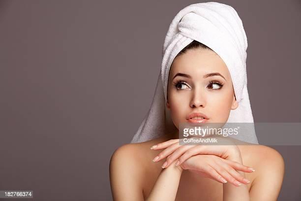 portrait de gros plan jeune Belle femme après le bain