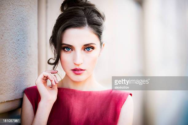 Close-up portrait de jeune femme en robe rouge