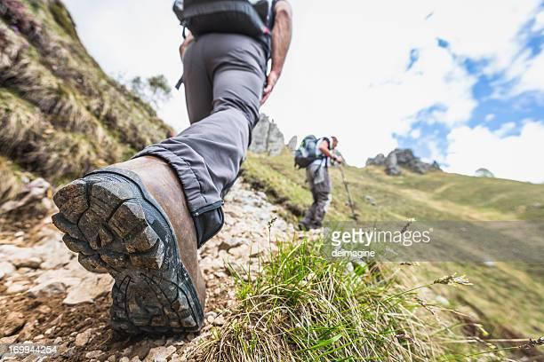 Gros plan photo d'une randonnée sur le sentier de montagne de jambe