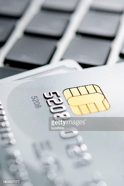 Close-up Schuss von zwei Kreditkarten auf laptop