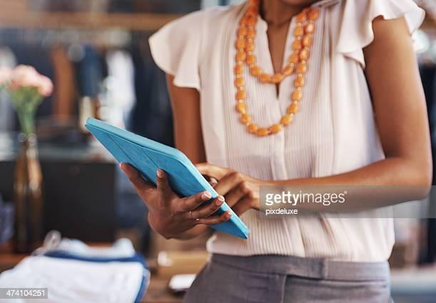 クローズアップショットを、デジタルタブレットを使用して女性