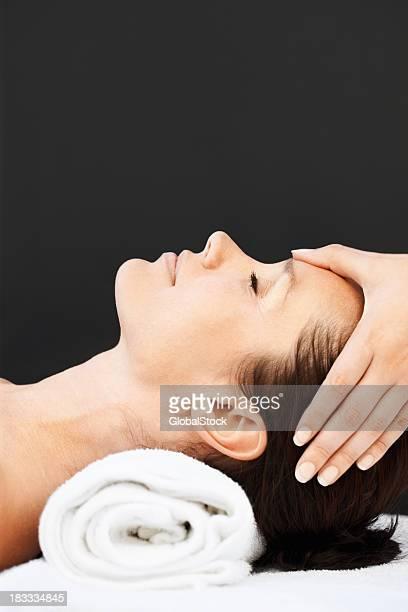 Vista lateral de uma grande mulher com Massagem na Cabeça