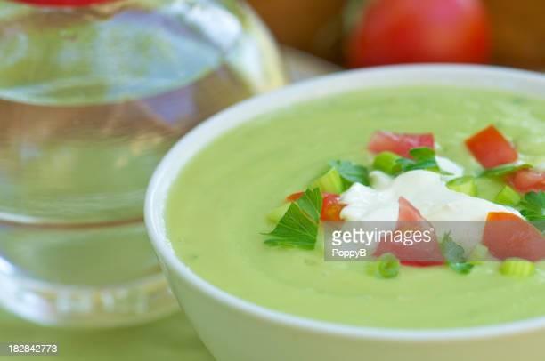 クローズアップホワイトの冷たいアボカドのスープボウル