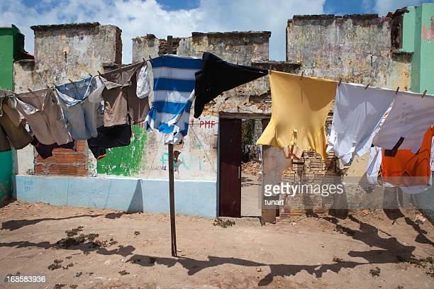 Roupas hanged infront de uma casa na Favela