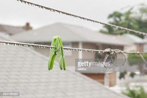 Clothespins na chuva : Foto de stock