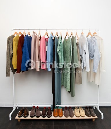 Ropa y calzado foto de stock thinkstock - Barra colgar ropa ...