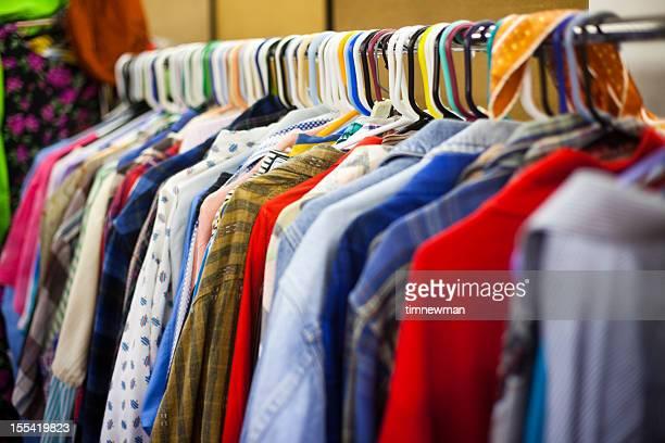Abbigliamento Rack in un negozio di articoli di seconda mano
